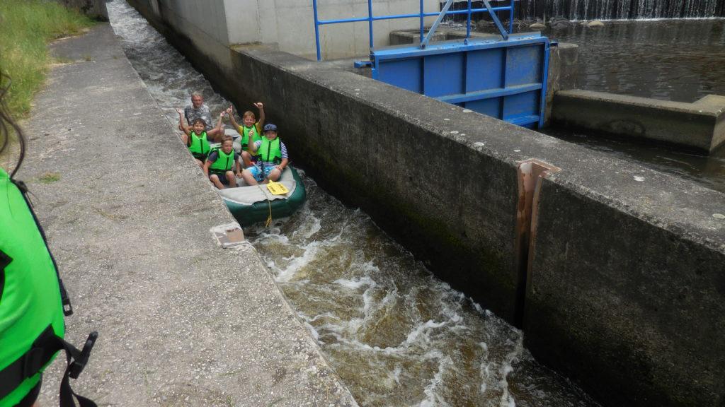 K létu patří sjíždění řek. A děti si to každoročně náramně užívají.