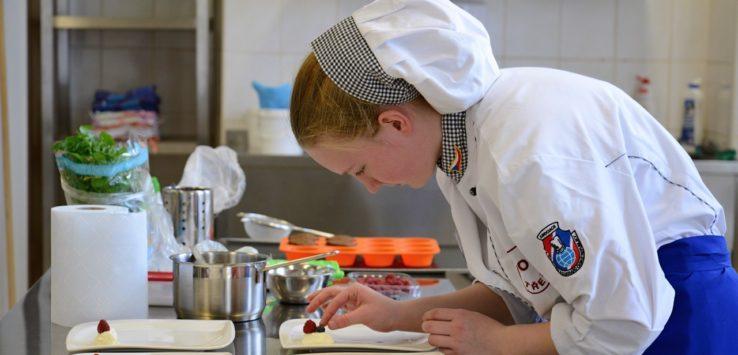 Odborná porota hodnotila proces přípravy, chuť, ale také to, jak výsledný pokrm lahodí oku. FOTO: LIBOR BLAŽEK