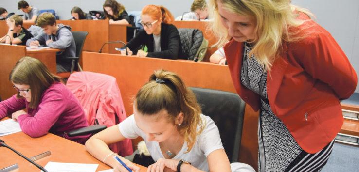 Radní Jana Fialová byla zvědavá, jak si soutěžící s testem poradili. FOTO: KRAJ VYSOČINA