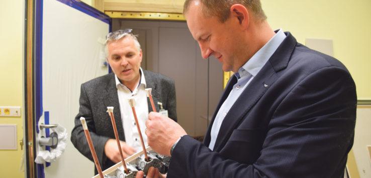 Náměstek hejtmana Martin Kukla si prohlíží jeden z dílů přístroje magnetické rezonance. FOTO: RADEK FUKAL